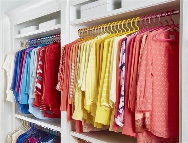 giyim dolabında giysileri renk uyumu ile düzenleme